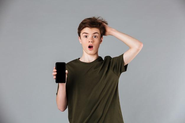 Retrato de um adolescente do sexo masculino chocado