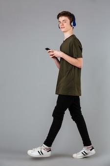 Retrato de um adolescente do sexo masculino confiante