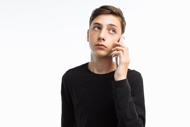 Retrato de um adolescente emocional falando ao telefone