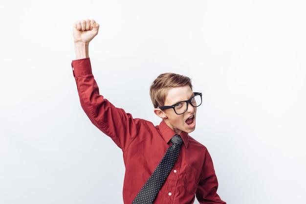 Retrato de um adolescente positivo e emocional, mostra alegria