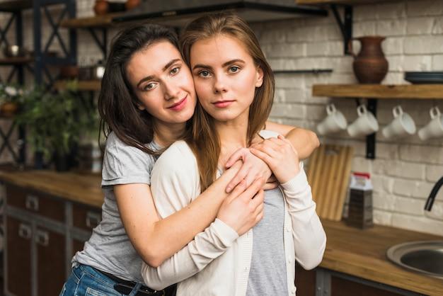 Retrato, de, um, adorável, lésbica, par jovem, ficar, cozinha