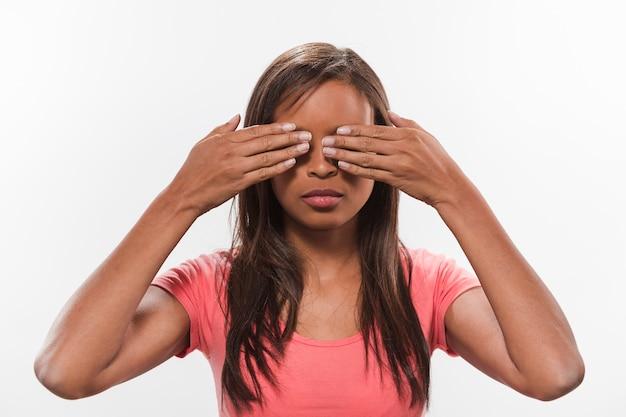 Retrato, de, um, africano, menina adolescente, cobertura, dela, olhos