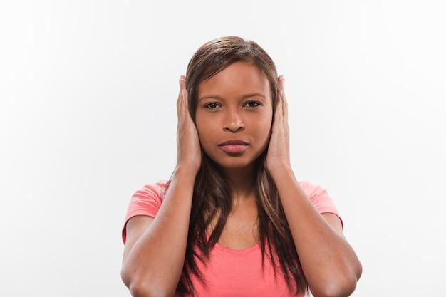 Retrato, de, um, africano, menina adolescente, cobertura, dela, orelhas