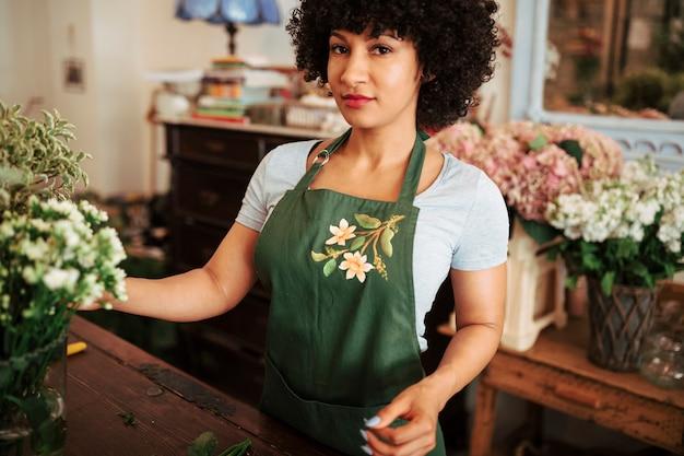 Retrato, de, um, afro, femininas, florista africana, em, flor, loja