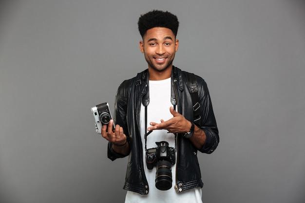 Retrato de um alegre afro americano na jaqueta de couro