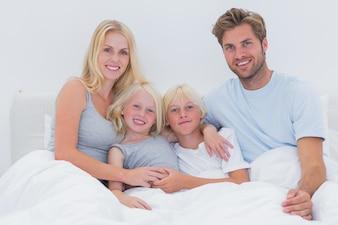 Retrato, de, um, alegre, família cama