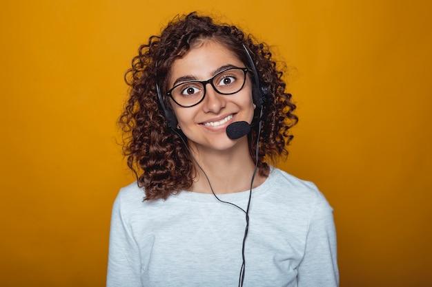Retrato, de, um, alegre, menina indiana, chame centro, empregado, em, fones, e, óculos