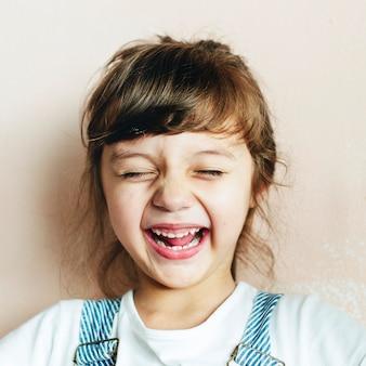 Retrato, de, um, alegre, menina jovem