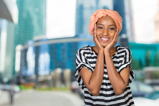 Retrato, de, um, alegre, mulher africana