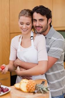 Retrato de um amor casal comendo frutas