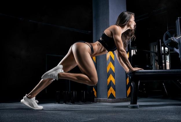 Retrato de um atleta que puxa as cordas. veja de baixo. o conceito de esporte e estilo de vida saudável. mídia mista