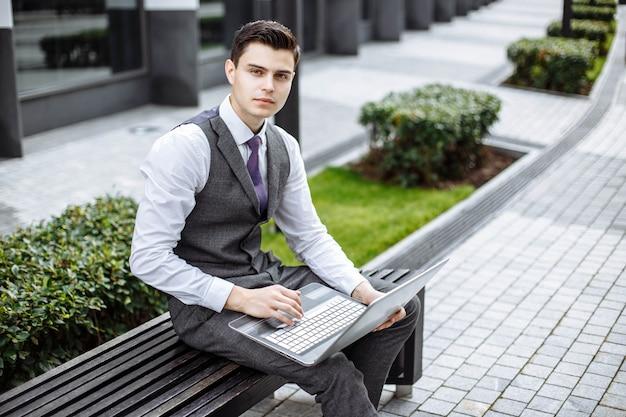 Retrato, de, um, atraente, homem jovem, exterior