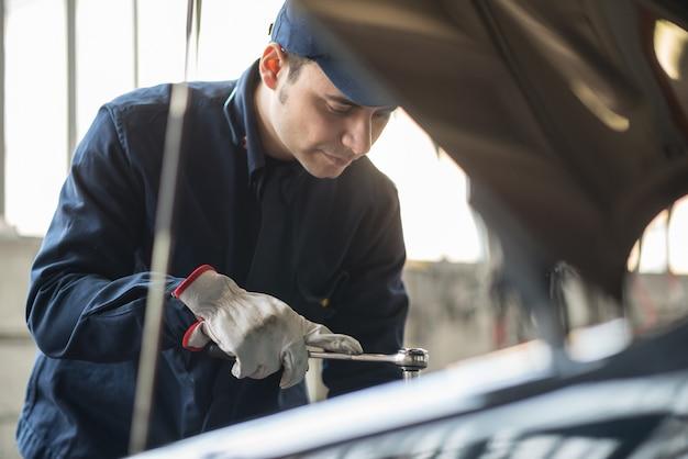 Retrato, de, um, auto mecânico, no trabalho, ligado, um, carro, em, seu, garagem