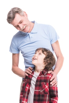 Retrato de um avô saudável e seu neto.