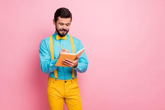 Retrato de um barbudo confiante escrevendo ideias, planejando