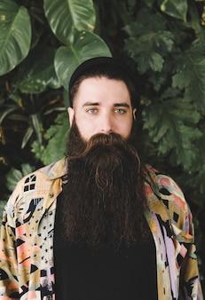 Retrato, de, um, barbudo, homem jovem, olhando câmera