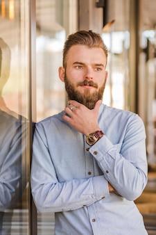 Retrato, de, um, barbudo, homem jovem, olhando