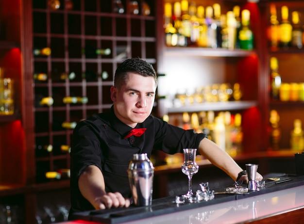 Retrato de um barman bonito.