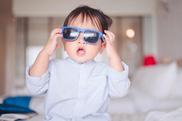 Retrato de um bebê de 1 ano e 6 meses em casa.