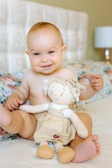 Retrato de um bebê rastejando na cama no quarto dela