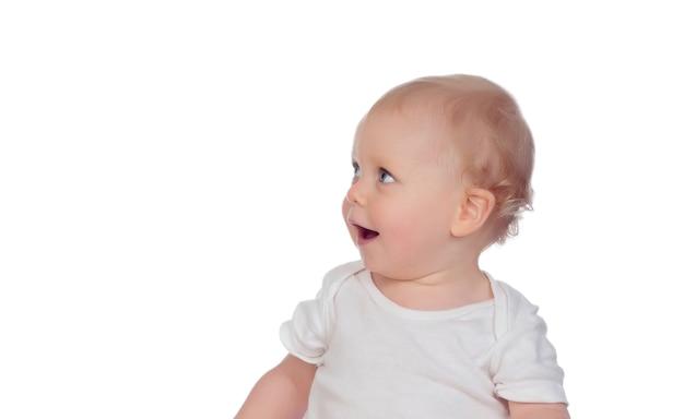 Retrato de um bebê sorridente loiro caucasiano olhando para cima isolado em um fundo branco