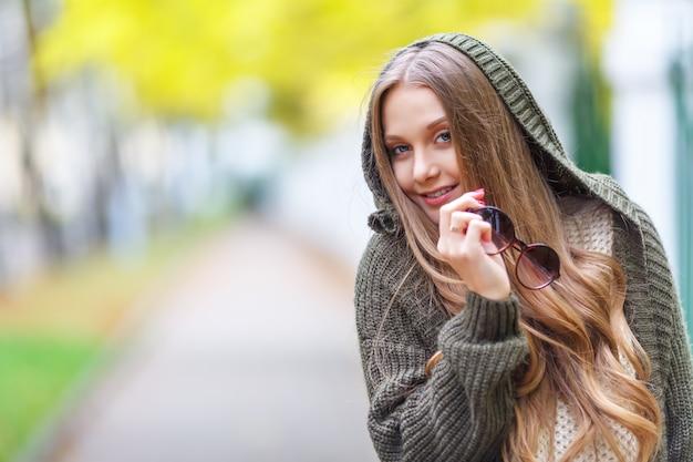 Retrato de um bela modelo feminino em roupas de outono ao ar livre