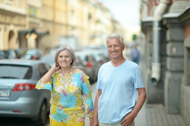 Retrato de um belo casal maduro na cidade