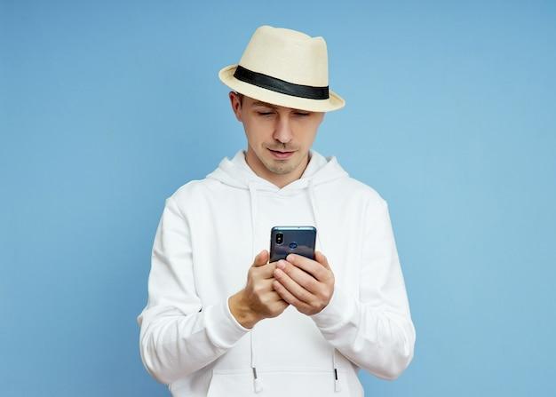 Retrato de um blogueiro com um telefone na mão se comunicando em um smartphone, videochamada
