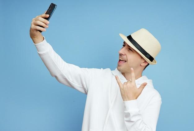 Retrato de um blogueiro com um telefone na mão se comunicando no smartphone