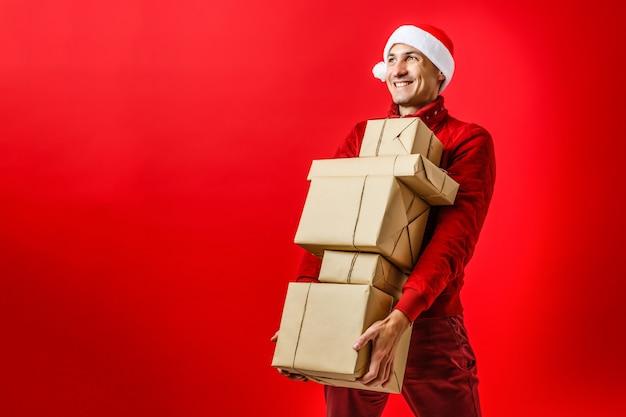 Retrato, de, um, bonito, ano novo, homem, em, vermelho, papai noel, natal, chapéu, com, peles, segurando, presente, caixa, em, estúdio, em, roxo, imagem horizontal