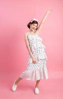 Retrato de um bonito brincalhão sorridente em rosa