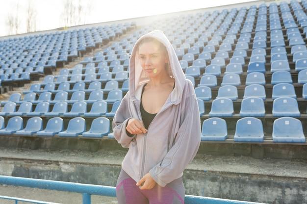 Retrato, de, um, bonito, caucasiano, menina, atleta, em, a, manhã, corrida
