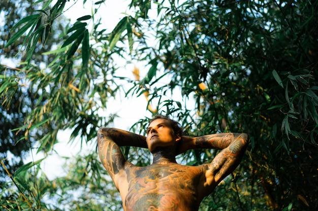 Retrato, de, um, bonito, homem, em, tatuagens