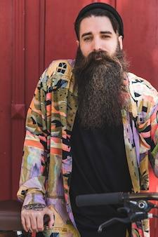 Retrato, de, um, bonito, homem jovem, com, longo, barba, com, seu, bicicleta
