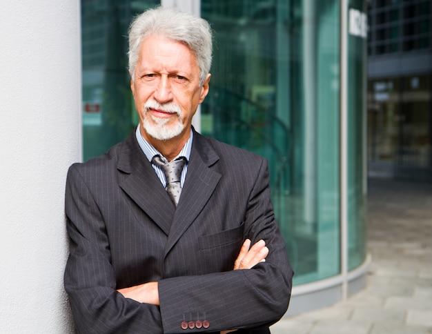Retrato, de, um, bonito, homem negócios, ao ar livre