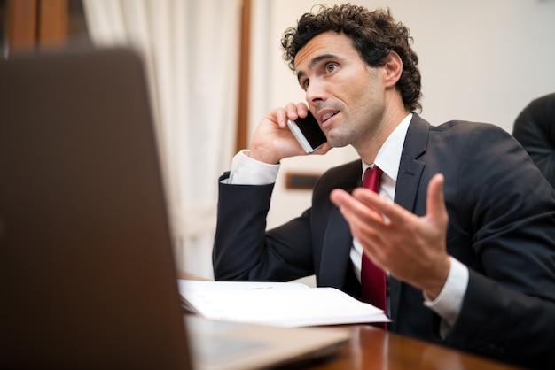 Retrato, de, um, bonito, homem negócios, conversa telefone