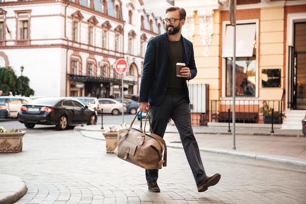 Retrato, de, um, bonito, homem sorridente, bebendo café