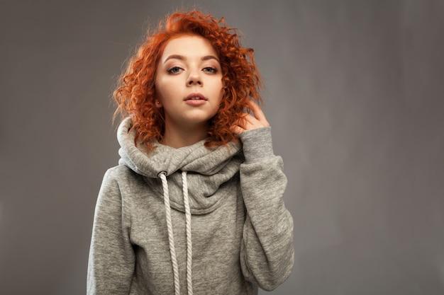 Retrato, de, um, bonito, jovem, curly-haired, menina, com, impetuoso, cabelo vermelho, olhando câmera