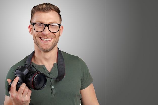 Retrato, de, um, bonito, jovem, em, óculos homem, com, câmera