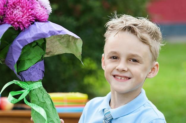Retrato, de, um, bonito, jovem, first-grader, com, maçã vermelha, ligado, livros, em, um, uniforme escola festivo