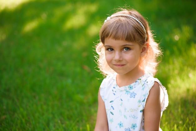 Retrato, de, um, bonito, jovem, menininha, em, verão, parque