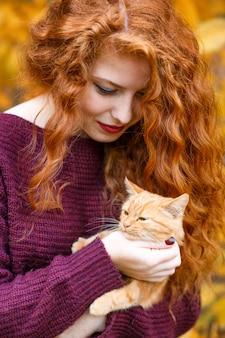 Retrato, de, um, bonito, jovem, mulher ruiva, segurando, um, gato