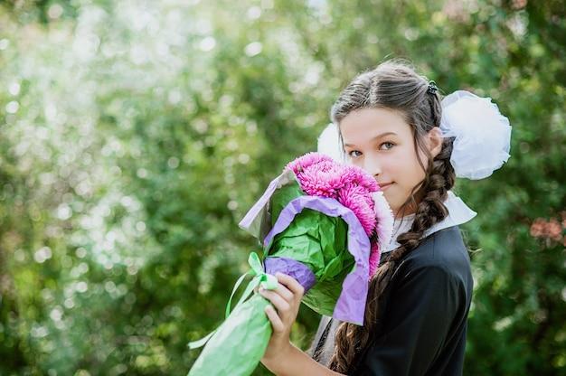 Retrato, de, um, bonito, jovem, schoolgirl, em, um, uniforme escola festivo