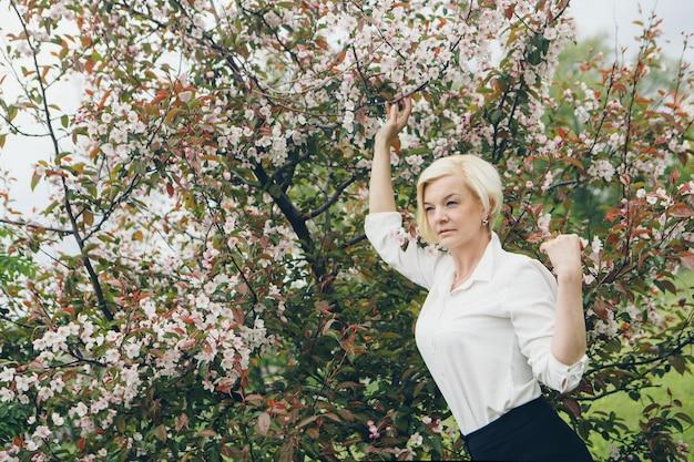 Retrato, de, um, bonito, loiro, com, cabelo curto, entre, flores