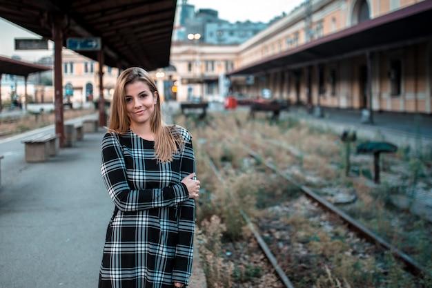 Retrato, de, um, bonito, menina jovem, ligado, a, estação de comboios