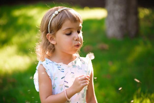 Retrato, de, um, bonito, menininha, com, flores