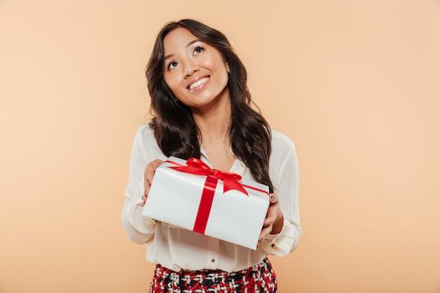 Retrato, de, um, bonito, mulher asiática, segurando caixa presente