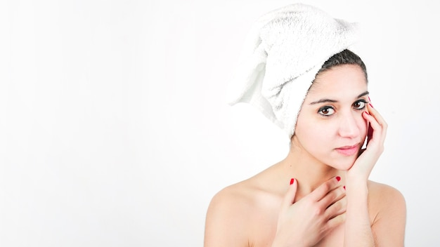 Retrato, de, um, bonito, mulher jovem, com, envolvido, toalha, ao redor, dela, cabeça
