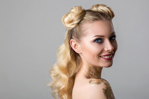 Retrato, de, um, bonito, mulher jovem, com, profissional, maquiagem, beleza, e, moda