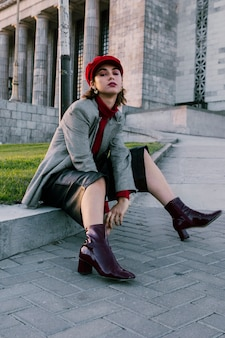 Retrato, de, um, bonito, mulher jovem, desgastar, bota, calcanhares, olhando câmera